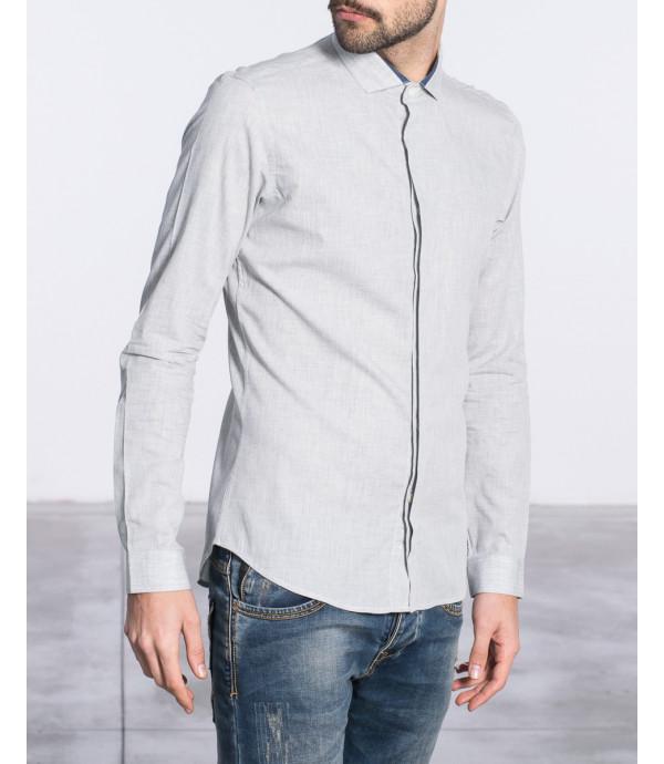 Camicia minimal con bottoni nascosti e inserto sul colletto a contrasto