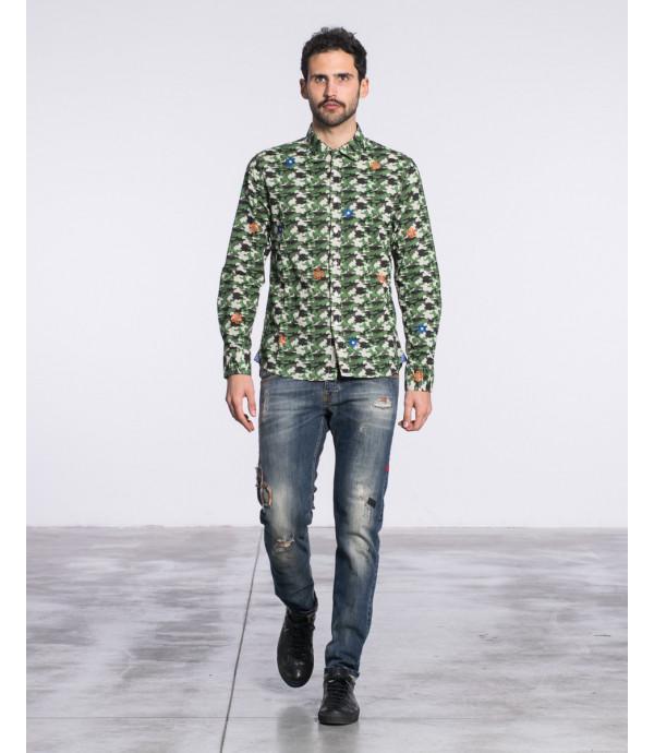 Camicia regular fit in fantasia camouflage e fiori ricamati