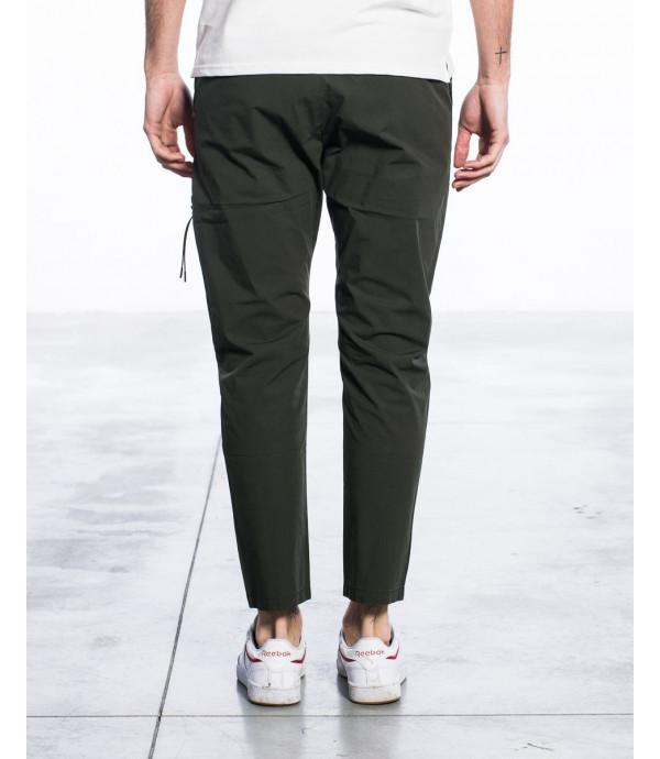 Pantaloni carrot fit in tessuto tecnico con cintura