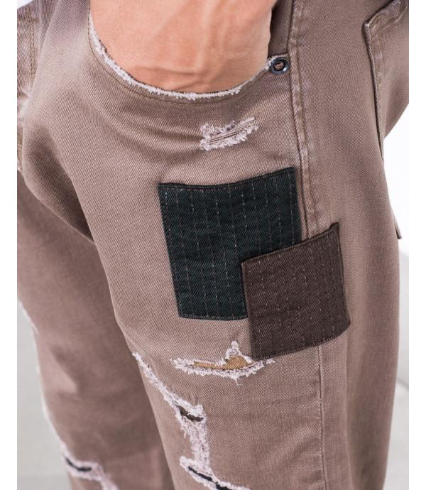 Jeans regular fit con strappi e patch