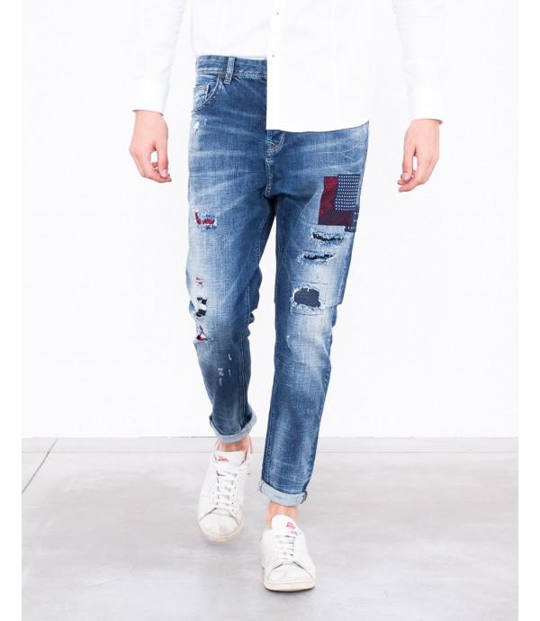 Jeans carrot fit con patch e graffi