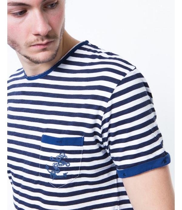 T-shirt a righe con ricamo sul taschino