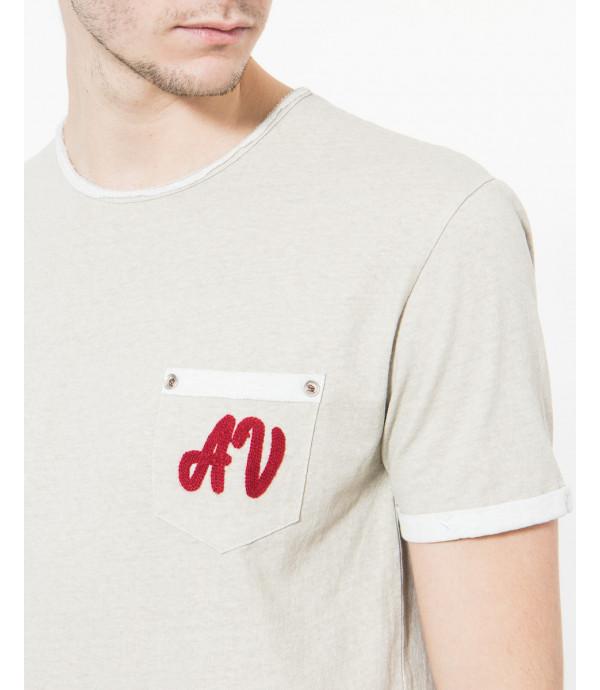 T-shirt con ricamo sul taschino