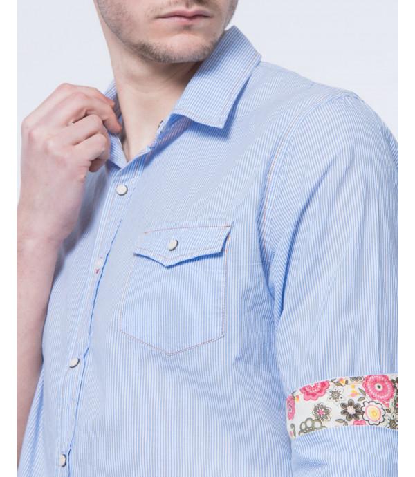 Camicia a righe con cuciture a contrasto e bottoni poussoir in pietra