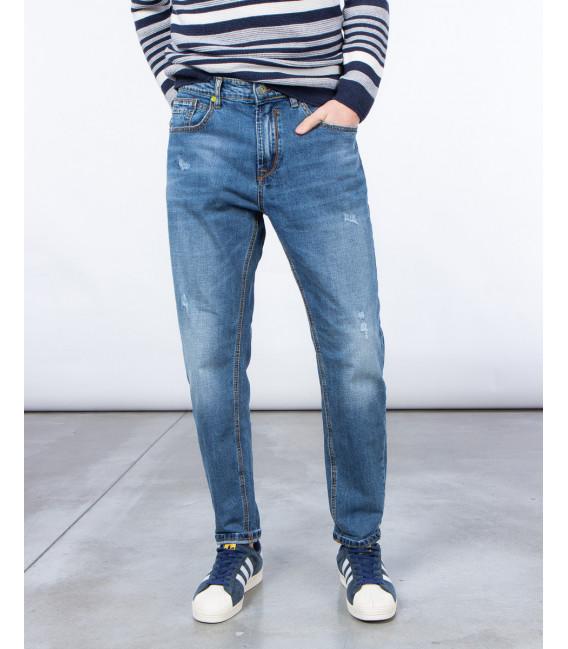 Jeans carrot fit con graffi