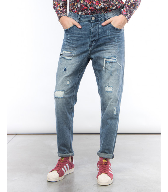 Jeans carrot fit con strappi