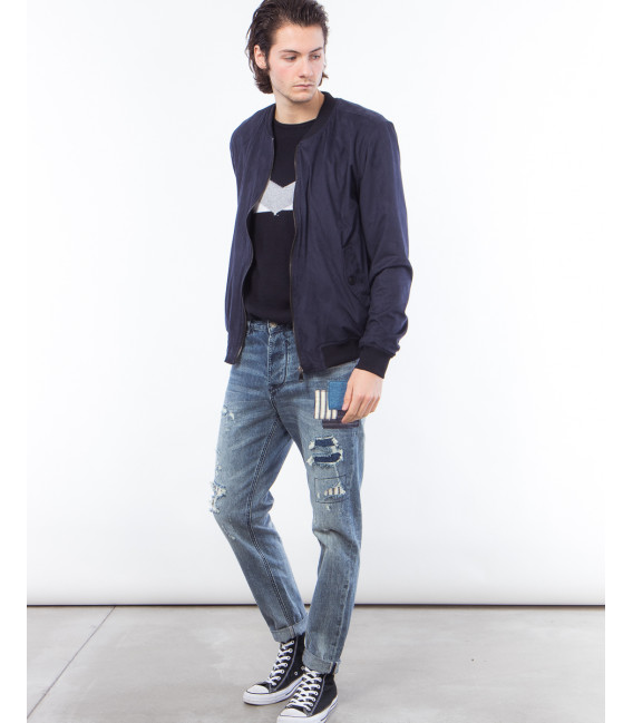 Jeans carrot fit con strappi e patch