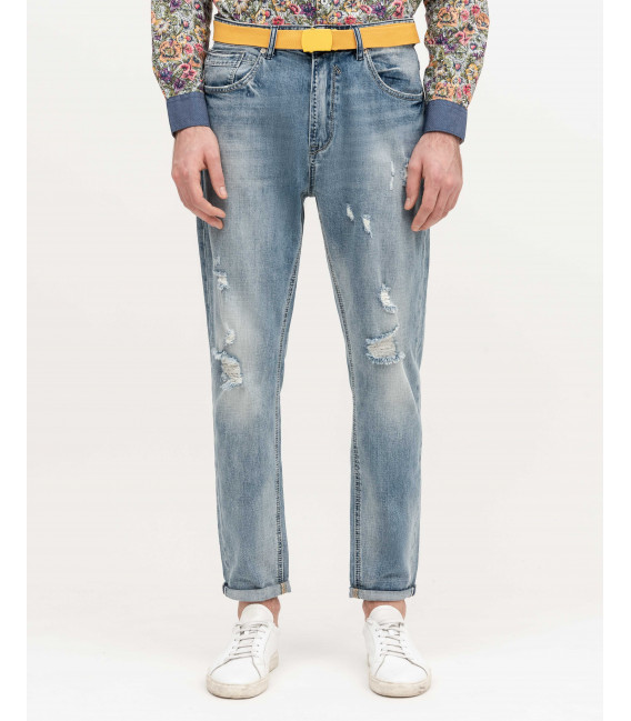 Jeans carrot fit con rotture light wash