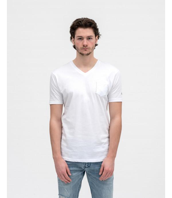 T-shirt con scollo a V e taschino con borchie