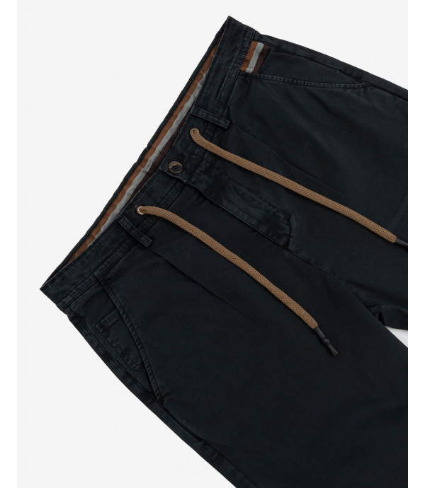 Trousers with drawstrings and pleats